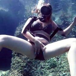 Kasanadra Lufi masturbates her hot twat in the sea